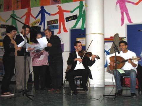 Le groupe musical de Mohamed Rissani et la chorale interreligieuse Le Rameau de l'olivier, lors de la SERIC de novembre 2008, à Châtenay-Malabry.