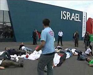Des militants de la campagne BDS-France manifestent devant le stand d'Israël au salon du Bourget.