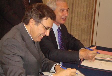 Nonce Paolini, au premier plan, et Claude Bartolone signent ensemble la convention « Médias et diversité ».
