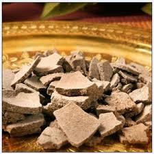 Le rhassoul (rassoul) ou ghassoul est une argile minérale naturelle utilisée par les femmes orientales pour leurs soins capillaires et corporels.