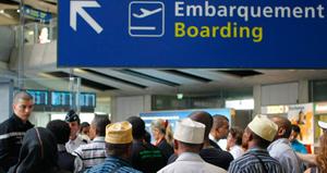 Des membres de la communauté comorienne tentent de bloquer les départs des vols de la compagnie Yemenia, en signe de protestation. (Photo : Thomas Padilla)
