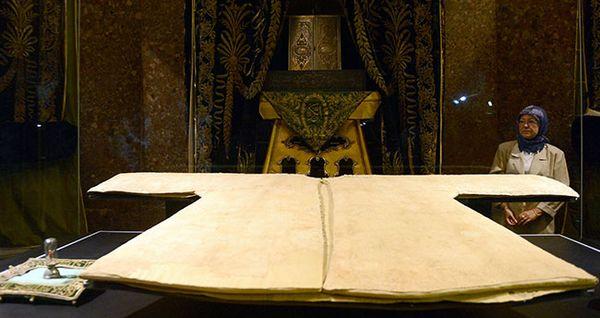 Un manteau ayant appartenu au Prophète Muhammad (Hirka i-sherif) est exposé quelques jours an pendant le mois du Ramadan, dans une mosquée d'Istanbul (Turquie). © AFP