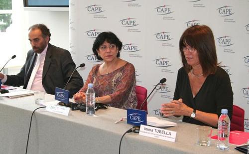 De g. à dr. : Mustapha Cherif, directeur de la formation, Zeina El Tibi, présidente de l'AFACOM, et Imma Tubella, présidente de l'UOC.