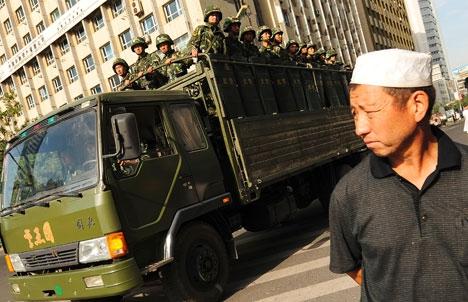Un dispositif policier massif à Urumqi.