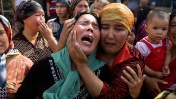 Des femmes ouïgoures pleurent le sort de leurs maris emprisonnés, arrêtés arbitrairement selon elles. Près de 200 d'entre elles sont descendues dans les rues pour réclamer leur libération mardi 7 juillet.