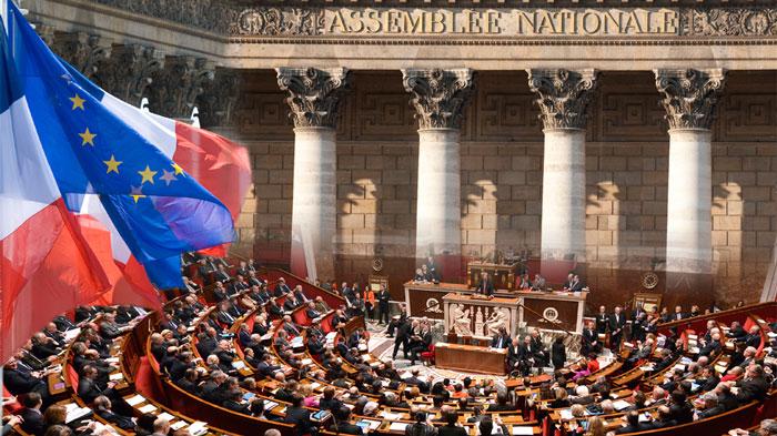 A l'issue du scrutin des législatives 2017, Emmanuel Macron remporte la majorité absolue avec 308 députés LREM (et 42 députés MoDem affiliés à la majorité présidentielle). La moyenne d'âge s'est rajeunie (48 ans au lieu de 53 ans) et la parité a largement augmenté (223 députées, soit 68 femmes députées supplémentaires par rapport à l'Assemblée élue en 2012). Mais les classes populaires sont toujours aussi peu représentées, laissant la place aux catégories aisées (cadres du secteur privé, chefs d'entreprise, fonctionnaires de catégorie A) qui dominent largement l'hémicycle (31,1 % des 577 députés). (photo © Assemblée nationale)