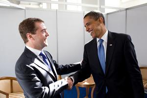 Moscou, 7 juillet : poignée de mains chaleureuse entre Obama et Medvedev, signe du réchauffement des relations diplomatiques ? (Photo : © Pete Souza / Maison-Blanche)