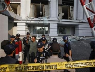 Devant l'hôtel Ritz-Carlton de Jakarta, en Indonésie, vendredi 17 juillet