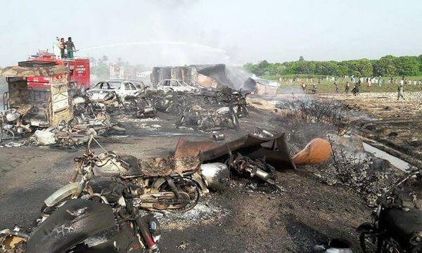 L'incendie d'un camion citerne sur lequel se sont précipités des riverains pour collecter de l'essence a fait plus de 150 morts.