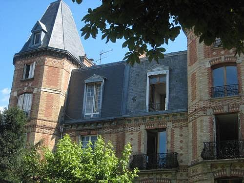 Hôtel particulier du 16e arrondissement de Paris. Le 16e et Neuilly constituent les ghettos les plus connus que s'évertuent de défendre la haute bourgeoisie.