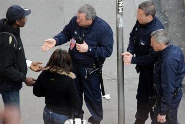 Les contrôles d'identité effectué par les policiers à Paris ont été jugés discriminatoires par le rapport « Polices et minorités visibles : les contrôles d'identité à Paris »
