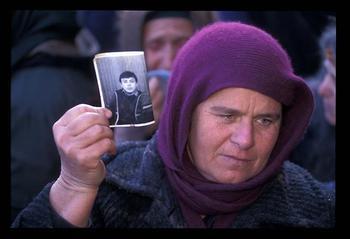 Une mère Tchétchène avec la photo de son fils.  « un regard ni gai ni triste - un regard transparent, qui en avait trop vu » (Soljenitsyne, le Premier Cercle).