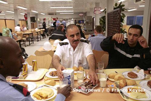 Base navale de Toulon, septembre 2007 : rupture du jeûne pendant le mois de ramadan, avec l'aumônier Bouzid Messili et des marins du porte-avion Charles de Gaulle.