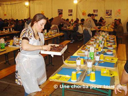 Entre 1 800 et 2 000 repas sont servis durant le mois de ramadan par les quelque 200 bénévoles de l'association Une chorba pour tous, à Paris 19e.