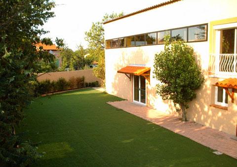 Le nouveau collège Alif de Toulouse vu de la cour extérieure.
