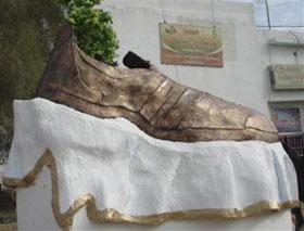 Tikrit (Irak) : statue de 2 mètres, en hommage au journaliste Mountazer al-Zaidi, le lanceur de chaussures, à l'adresse de l'ancien président américain George W. Bush.