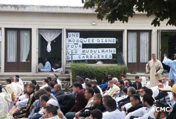 À  Carrières-sous-Poissy, les banderoles ont été déployées face à la non-réponse aux lettres adressées au préfet Anne Bocquet et au sous-préfet Yannick Imbert sur la situation de la salle de prière.