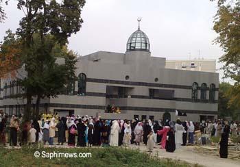 À Tremblay-en-France, plus de 3 000 fidèles étaient présents à la prière de l'Aïd el-Fitr 2009, dont près de 40 % de femmes.
