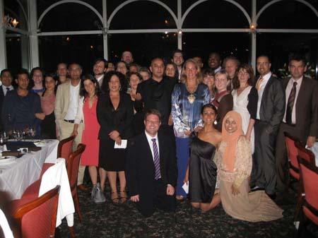 La soirée de cloture a réuni tous les participants, professeurs et responsables du projet, dont Firoz Ladak (debout au centre) et Arianne de Rothschild (à droite)