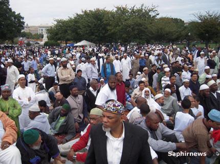 A l'initiative de la Grande Mosquée du New Jersey, Dar-ul-Islam, la prière du vendredi s'est déroulée devant le Capitole « dans l'esprit de l'unité islamique et de la solidarité américaine ».
