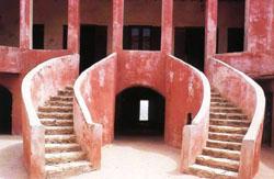 Située au large de Dakar, l'île de Gorée est connue pour son histoire marquée par l'esclavage qui a duré du XVe au XIXe siècle, sous domination portugaise, néerlandaise, anglaise et française.