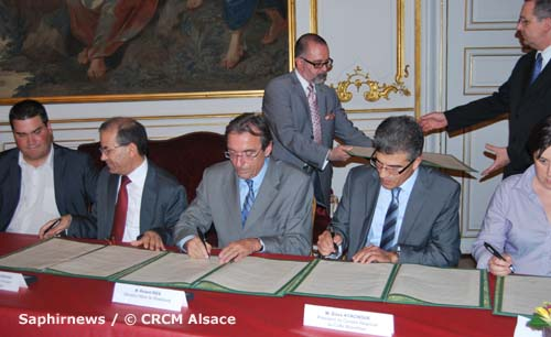 Signature de la convention sur le cimetière musulman de Strasbourg, le 8 oct. De g. à dr. : O. Bitz, adj. au maire ; M. Moussaoui, psdt du CFCM ; R. Ries, sénateur-maire de Strasbourg ; D. Ayachour, psdt du CRCM Alsace ; A.-P. Richardot, adj. au maire.