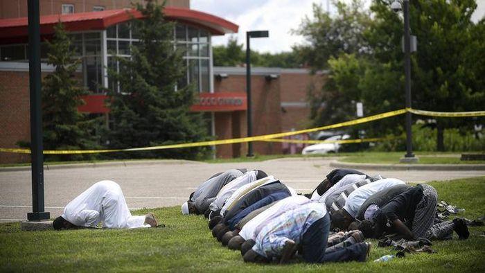 Des fidèles du centre islamique Dar Al-Farooq de Minneapolis prient devant leur lieu de culte pris pour cible par un attentat dimanche 6 août. © DFC / Facebook