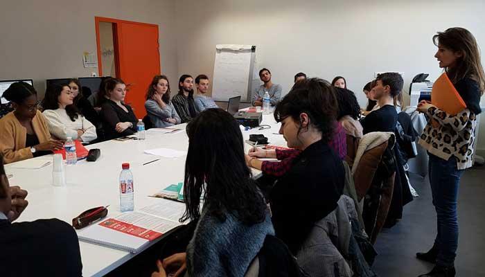 Les élèves de la Chance aux concours en compagnie d'Alice Antheaume, directrice de l'école de journalisme de Sciences Po.
