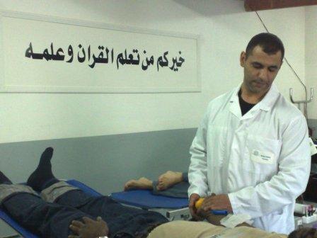 Un médecin de l'Établissement français du sang (EFS) prélève le sang d'un des fidèles de la mosquée de l'UOIF, à La Courneuve, vendredri 23 octobre.