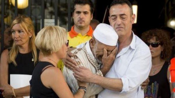 Barcelone : l'émouvante scène d'un père d'une victime prenant un imam dans ses bras (vidéo)