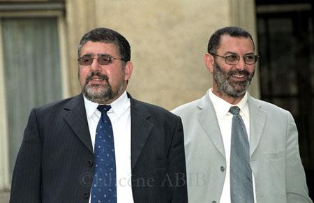 Fouad Alaoui (à g.) succède à Lhajj Thami Breze (à dr.) à la présidence de l'UOIF (Union des organisations islamiques de France).