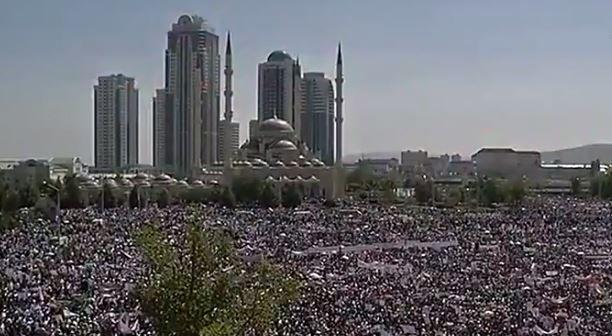 Des dizaines de milliers de personnes ont manifesté en faveur des Rohingyas à Grozny à l'appel du président tchétchène Ramzan Kadyrov.