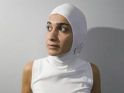 Alors qu'elle était étudiante en design industriel à l'Université de Montréal, Elham Seyed Javad a mis au point pour une équipe de taekwondo musulmane un gilet muni d'une cagoule. (Photo : © Ivanoh Demers/La Presse)