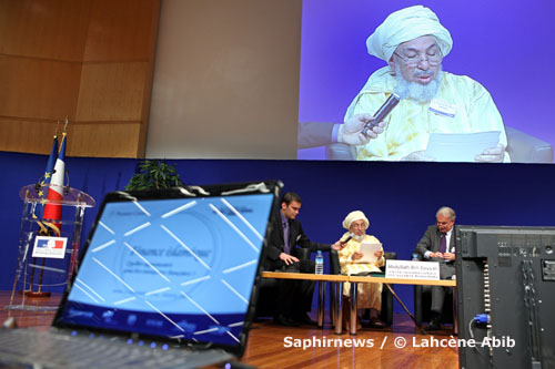 Le Cheikh Abdullah Bin Bayyah a rendu « des services à la France que l'on peut qualifier d'inestimables », déclarait le directeur de la rédaction du Figaro, en présentant le cheikh lors de la conférence sur la finance islamique, le 3 novembre.