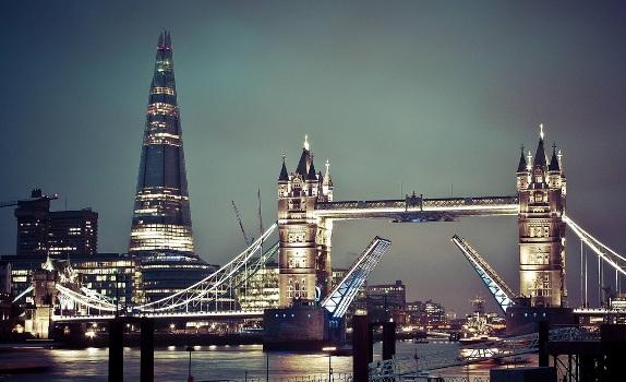 The Shard, anciennement The London Bridge Tower, est un gratte-ciel partiellement financé par le Qatar, avec des fonds charia-compatibles.