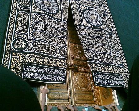 La kiswa (14 m de haut et 47 m de large) est l'étoffe noire qui recouvre la Ka'ba. Elle est tissée dans de la soie et brodée en fil d'or d'inscriptions coraniques.