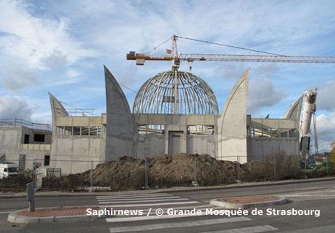 La coupole de la Grande Mosquée de Strasbourg a été posée le 27 novembre 2009, le jour de l'Aïd el-Kébir.