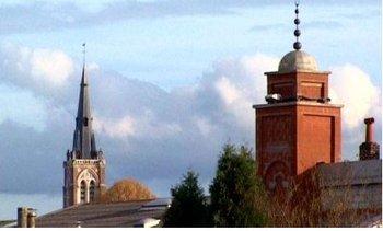 A Halluin, dans le Nord, le clocher de l'église Saint-Hilaire côtoie le minaret de la mosquée Tawhid.