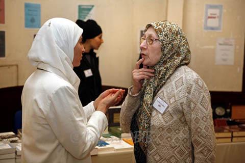 L'association Lumière d'islam en Occident accueille et conseille les convertis à l'islam (à dr. : Malika Dif ; photo : Lahcène Abib)