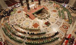 Synode pour le Moyen-Orient (2010) : les évêques réunis autour de la tombe de Saint-Pierre