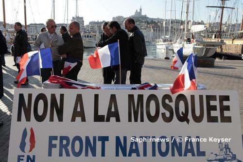 Devant l'hôtel de ville, le 6 novembre, ils étaient une vingtaine à manifester leur opposition à la Grande Mosquée. Début décembre, le Front national récidivait en distribuant des tracts au marché de Noël.