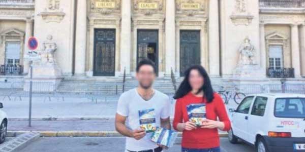 Harun Yahya a diffusé sur son Facebook, la photo de deux diffuseurs de fascicules, posant devant le tribunal de Toulon