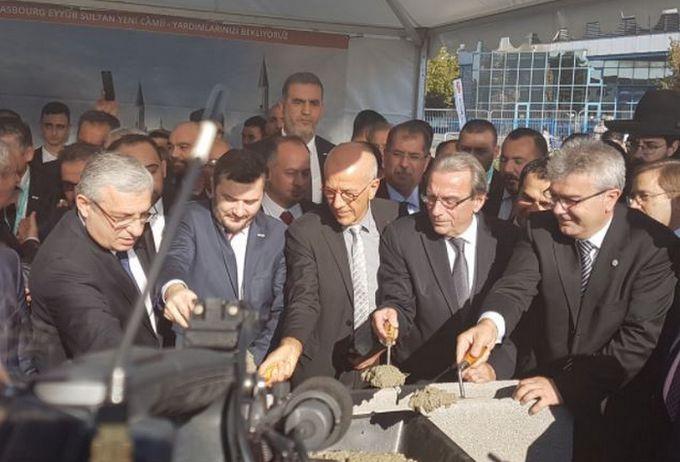La première pierre de mosquée Eyyûb Sultan, aussi dite la Grande Mosquée turque, a été posée dimanche 15 octobre, en présence notamment du maire de Strasbourg Roland Ries, le préfet du Bas-Rhin Jean-Luc Marx, l'ambassadeur de Turquie Ismail Hakki Musa et des représentants du Conseil français du culte musulman (CFCM).
