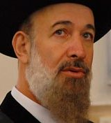 Un Grand rabbin évoque la Shoah face à une mosquée incendiée