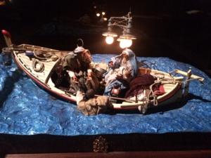 Barque avec la sainte famille sauvant un migrant, œuvre de Benito Badolato et Pasquale Godano (2013).