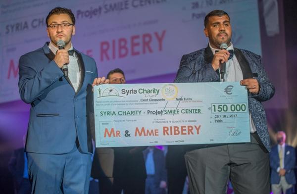 Samedi 28 octobre au Gala de charité de l'ONG Syria Charity, à droite l'humoriste Nounours, à gauche : Mohamed Alolaiwy, président de Syria Charity © Syria Charity