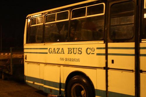 Seuls 87 délégués ont pu entrer à Gaza, sur les quelque 1 400 marcheurs pour la paix. Ici, un des bus affrétés qui a pu entrer (photo : Kelly Van Pelt et Morgan Elzey - Flickr)
