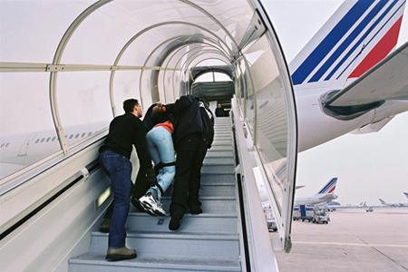 348 millions d'euros dépensés pour 29 000 expulsions de sans-papiers : un sacré pactole
