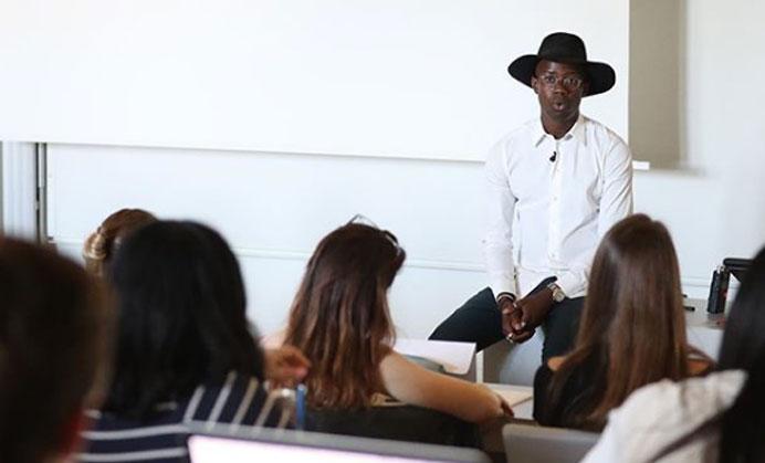 Steves Hounkponou, créateur de la marque BlackHats Paris, témoigne de son parcours professionnel devant des étudiants du Fashion Management Program à HEC. (Photo @theblackwiththeblackhat)
