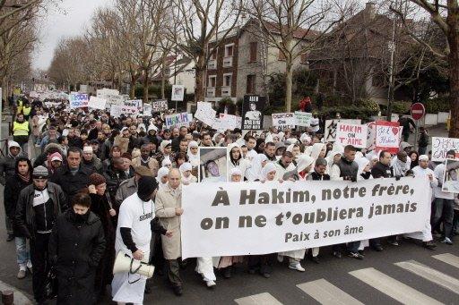 Une marche silencieuse a réuni 4 000 personnes au Kremlin-Bicêtre en hommage à Hakim « mort pour rien », le 8 janvier, par la main d'un camarade.